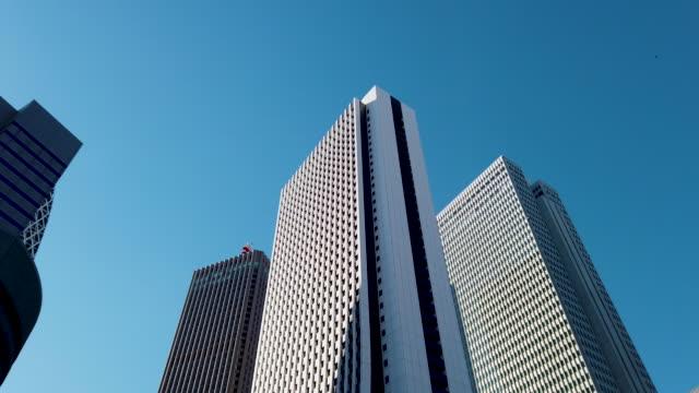 vídeos y material grabado en eventos de stock de toma panorámica de rastreo. tokyo cityscape office background - bloque de oficinas