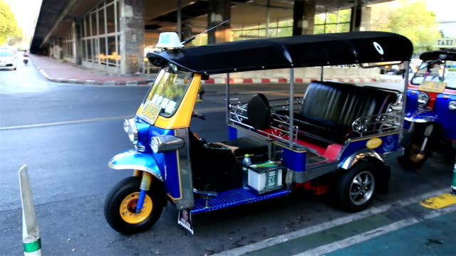 hd panning: tuk tuk car thailand. - auto rickshaw stock videos & royalty-free footage