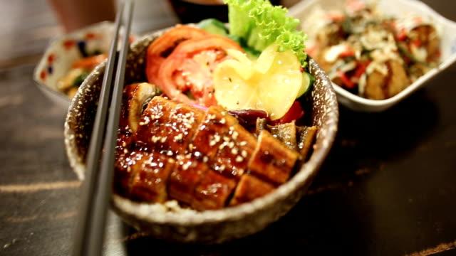 vídeos de stock, filmes e b-roll de rt panning unangi dong. - comida japonesa
