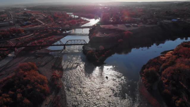 vídeos de stock, filmes e b-roll de panorâmica aérea drone tiro da confluência do colorado e gunnison rios no meio da cidade de grand junction, colorado (reunião) no outono com mt. garfield e o grande mesa ao fundo - gunnison