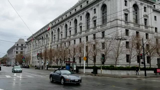 vidéos et rushes de panning up from road to the facade of the supreme court of california in the civic center neighborhood of san francisco california february 2019 - aménagement de l'espace