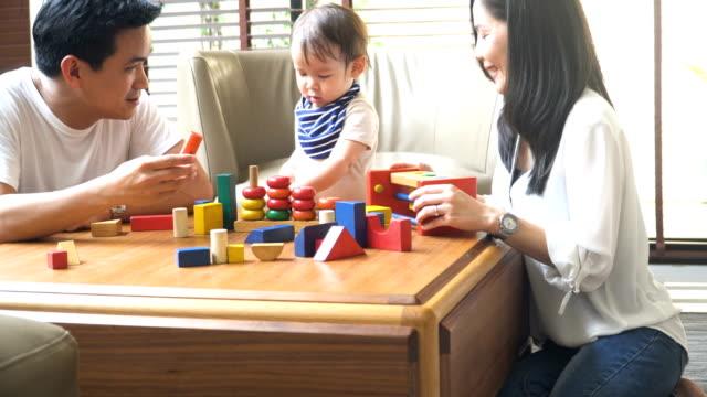 oben schwenken: sein Sohn lernen zu zählen, wie von Holzspielzeug
