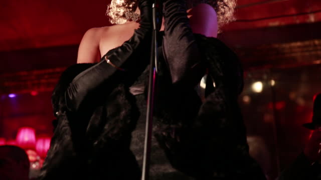 panning up to female jazz  singer - 金管楽器点の映像素材/bロール