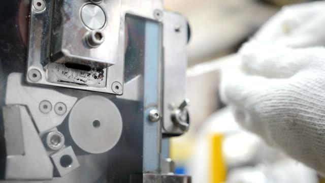 panorering: använda kvarnen för att skära plast extrudering till form plast pellets