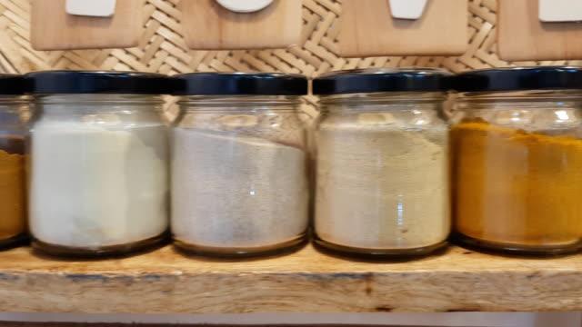 stockvideo's en b-roll-footage met pannen van diverse kruiden en kruiden in pot - curry powder