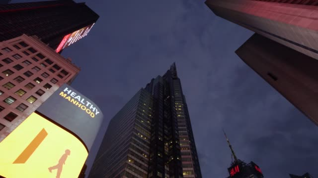 panning video in times square - new york - bildschirmwand stock-videos und b-roll-filmmaterial
