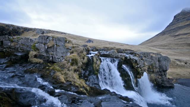 video von malerischer kirkjufell wasserfall landschaft in snaefellsnes island schwenken - snäfellsnes stock-videos und b-roll-filmmaterial