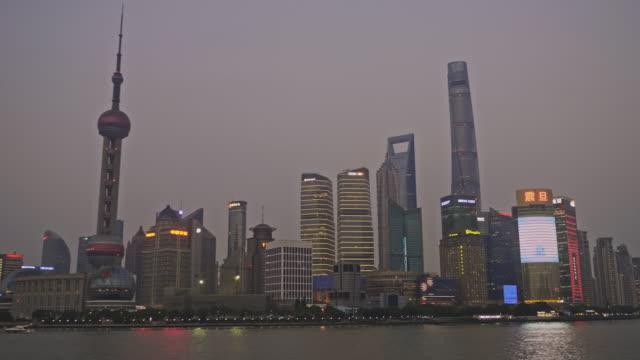 vidéos et rushes de vidéo panoramique de shanghai skyline au coucher du soleil - procédé croisé