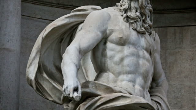 Panning videoclip of Neptune Statue at Trevi Fountain in Rome