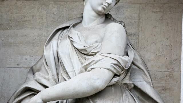 vídeos y material grabado en eventos de stock de toma panorámica videoclip de mujer estatua en fontana de trevi de roma - estatua