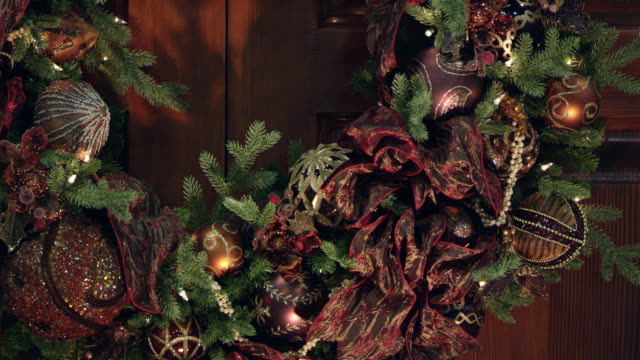 panning view around christmas wreath - 10 seconds or greater stock videos & royalty-free footage