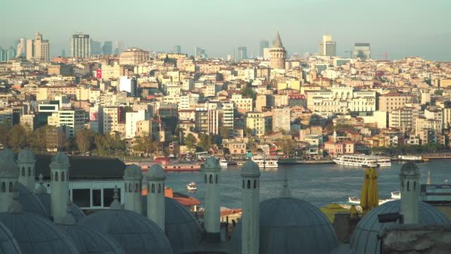 vidéos et rushes de vue panoramique: beautiful view monuments touristiques à istanbul au coucher du soleil du point de vue de la mosquée de soleymaniye - istanbul