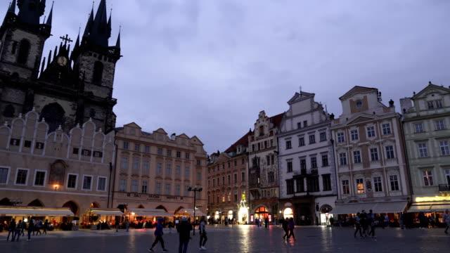 vidéos et rushes de vue panoramique: bâtiment de style gothique dans la vieille place contenant foule de voyageurs à prague le soir, république tchèque - place de la vieille ville de prague
