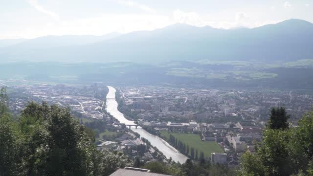 schwenkansicht: innsbrucker stadt formn sich hafelekarspitze-seegrube am karwendel, innsbruck österreich im abendsommer - österreich stock-videos und b-roll-filmmaterial