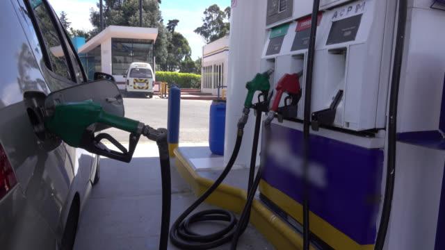 vídeos de stock e filmes b-roll de panning view of a gas station - petroleum