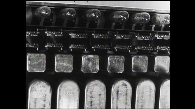 panning view of circuit board - 1940 1949 bildbanksvideor och videomaterial från bakom kulisserna
