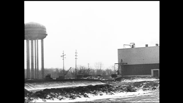 vidéos et rushes de panning view of empty warehouse with rubbles on the floor; abandoned supply yard with shed and telephone poles in the background; panning view of... - 1940 1949