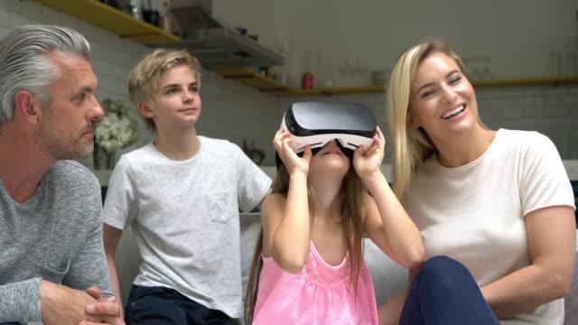 schwenken der ansicht der familie kleine mädchen gebrauch vr brille betrachten erstaunt - geschwister stock-videos und b-roll-filmmaterial