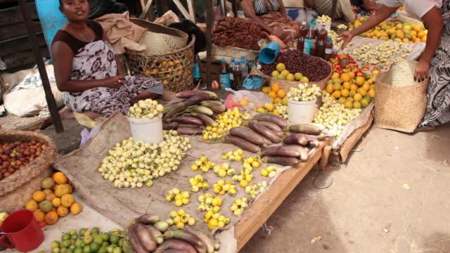 vidéos et rushes de panning view of farmers market. - marché