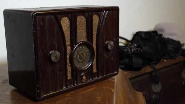 panning view of old radio - リーハイ点の映像素材/bロール