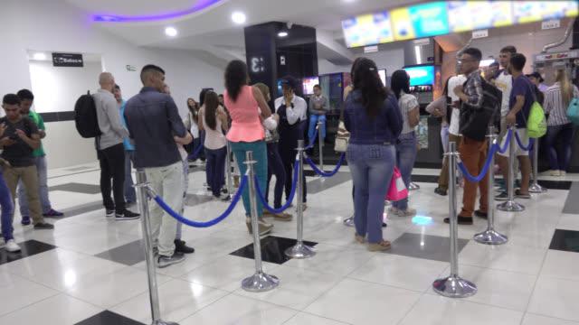 vidéos et rushes de vue panoramique des gens qui font la file d'attente pour acheter des collations - queue