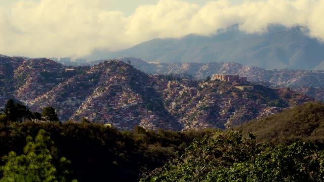 vídeos de stock e filmes b-roll de panning view of poverty and overpopulated areas in caracas, venezuela - rasto de movimento