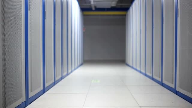 サーバールーム内部のパンビュー - 収納ラック点の映像素材/bロール