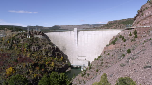 vidéos et rushes de panning view of the flaming gorge dam from right to left. - gorge vallées et canyons