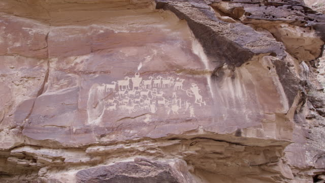 vídeos de stock, filmes e b-roll de panning view of the great hunt panel in nine mile canyon - anasazi