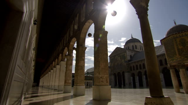 panning ms view of umayyad mosque / damascus - arco architettura video stock e b–roll