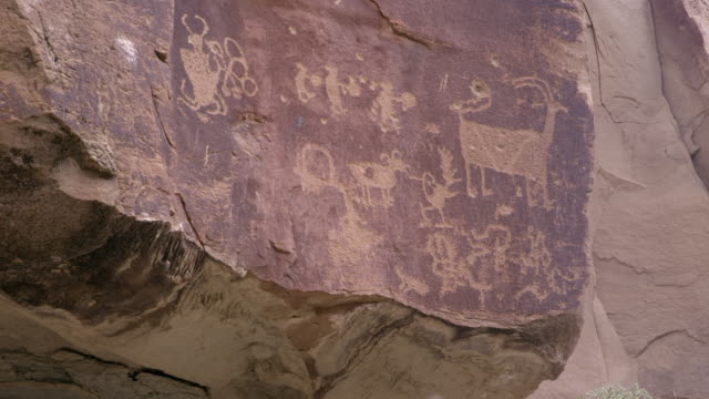 vídeos de stock, filmes e b-roll de panning view of various petroglyphs carved in nine mile canyon - anasazi
