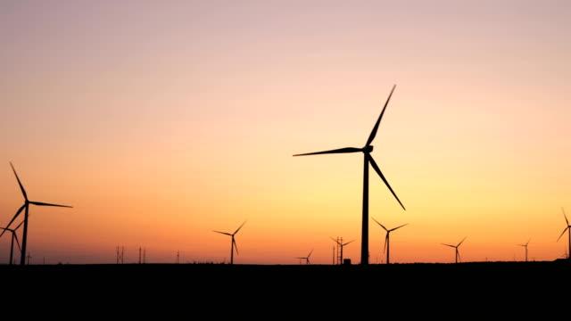 夕暮れ時の風力タービンのパン図 - 地形点の映像素材/bロール