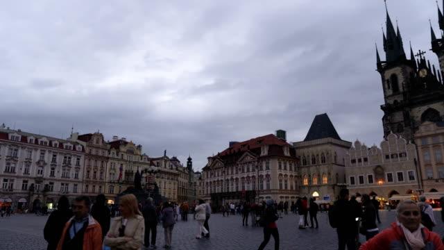 stockvideo's en b-roll-footage met panning weergave: oude plein met menigte van de reiziger in praag 's avonds, tsjechische republiek - praag oudestadsplein