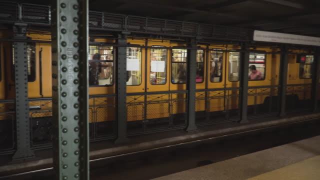 vídeos de stock, filmes e b-roll de vista panorâmida na plataforma clássica do metrô: viajante tendo viagem e destino de viagem por transporte público como um bonde amarelo no metrô no fim de semana de verão em budapeste, hungria. - cultura húngara