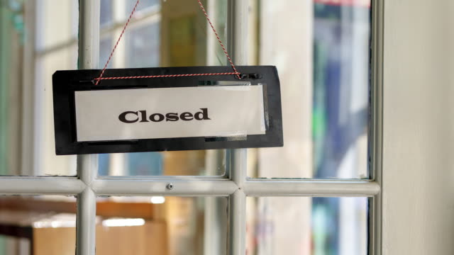 vídeos y material grabado en eventos de stock de panning view shop cerrado firma en puerta - 4k - cerrar