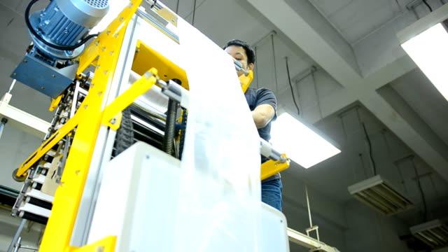 panorering: ung ingenjör kontroll blåst film extruder maskin