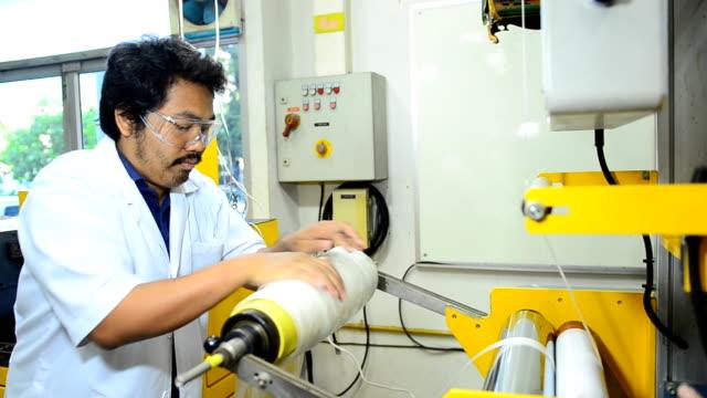 panorering: ung ingenjör fabricera blåst film extruder maskin