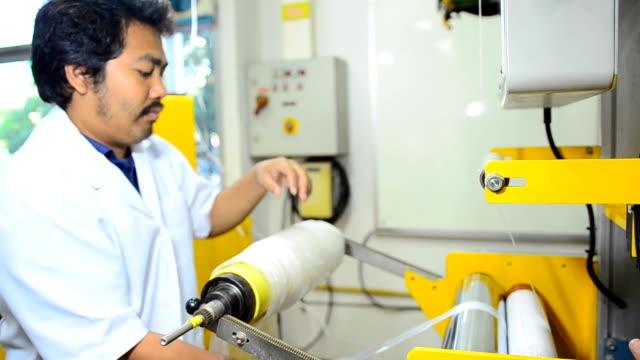 panorering: ung ingenjör hålla blåst film väska