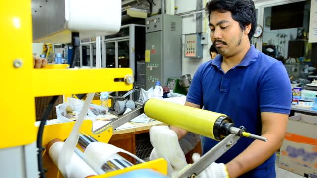 panorering: ung arbetskraft hålla plastpåse filmer