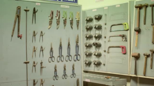 schwenken-werkzeug. - gartengerät stock-videos und b-roll-filmmaterial