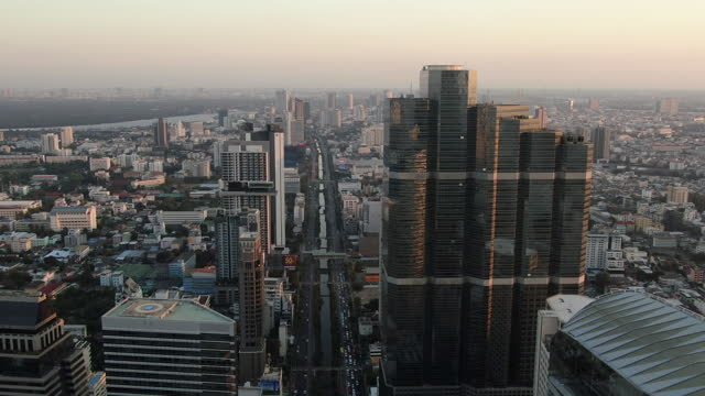 vídeos de stock e filmes b-roll de panorama aerial view of bangkok skyline and skyscraper with bangkok downtown in thailand at sunset/ silom, bang rak - bangkok