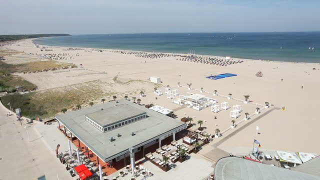 panorama-strand mit blick auf das meer - establishing shot stock-videos und b-roll-filmmaterial