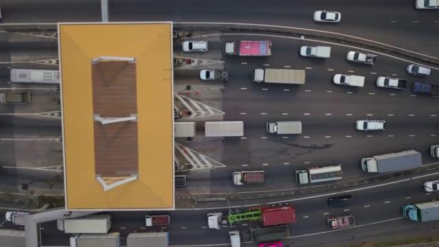 vídeos de stock e filmes b-roll de panorama of a toll on a highway, a lot of roads - cabina de portagem