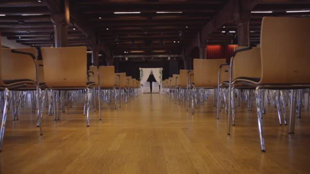 vídeos de stock, filmes e b-roll de panorama das cadeiras na área do registo da união no vídeo do estoque da cerimónia de casamento - cadeira dobrável