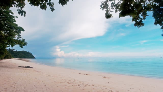 vídeos de stock e filmes b-roll de panorama of perfect white sand beach and sea at ko rok island thailand - mar de andamão