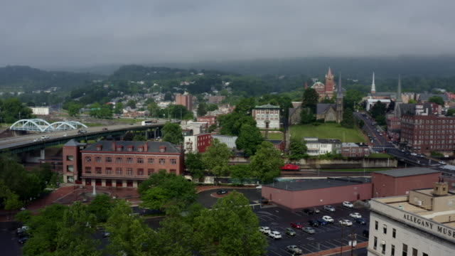 panorama der kleinstadt cumberland maryland und appalachian mountains - potomac river stock-videos und b-roll-filmmaterial