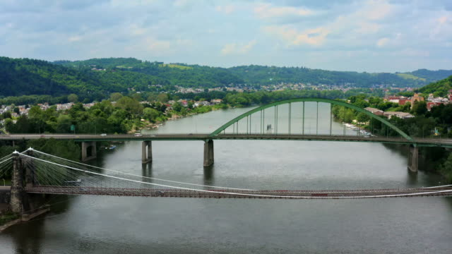 vidéos et rushes de panorama de la petite ville wheeling west virginia, ohio river et appalachian mountains - pennsylvanie