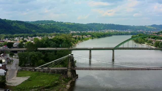 vidéos et rushes de panorama de la petite ville wheeling west virginia, ohio river et appalachian mountains - rivière ohio
