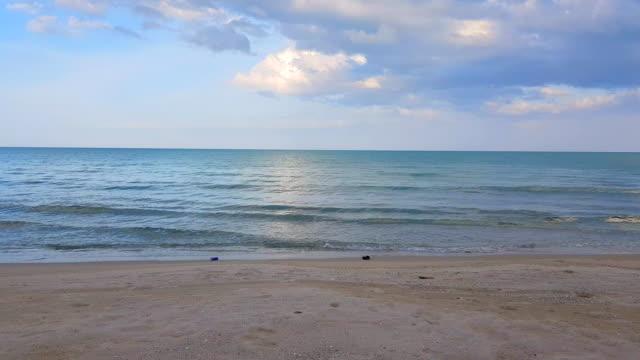 vídeos de stock e filmes b-roll de panorama tranquility bay and beach background - baía