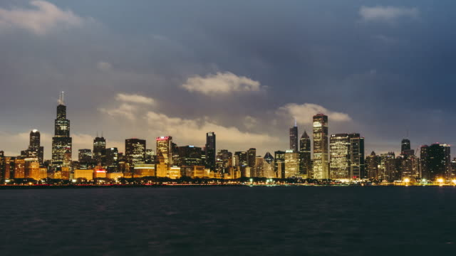 t/l ws zo panorama view of chicago skyline, from night to dawn - chicago 'l' video stock e b–roll